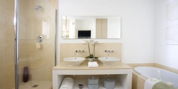 Modern luxury bathroom.